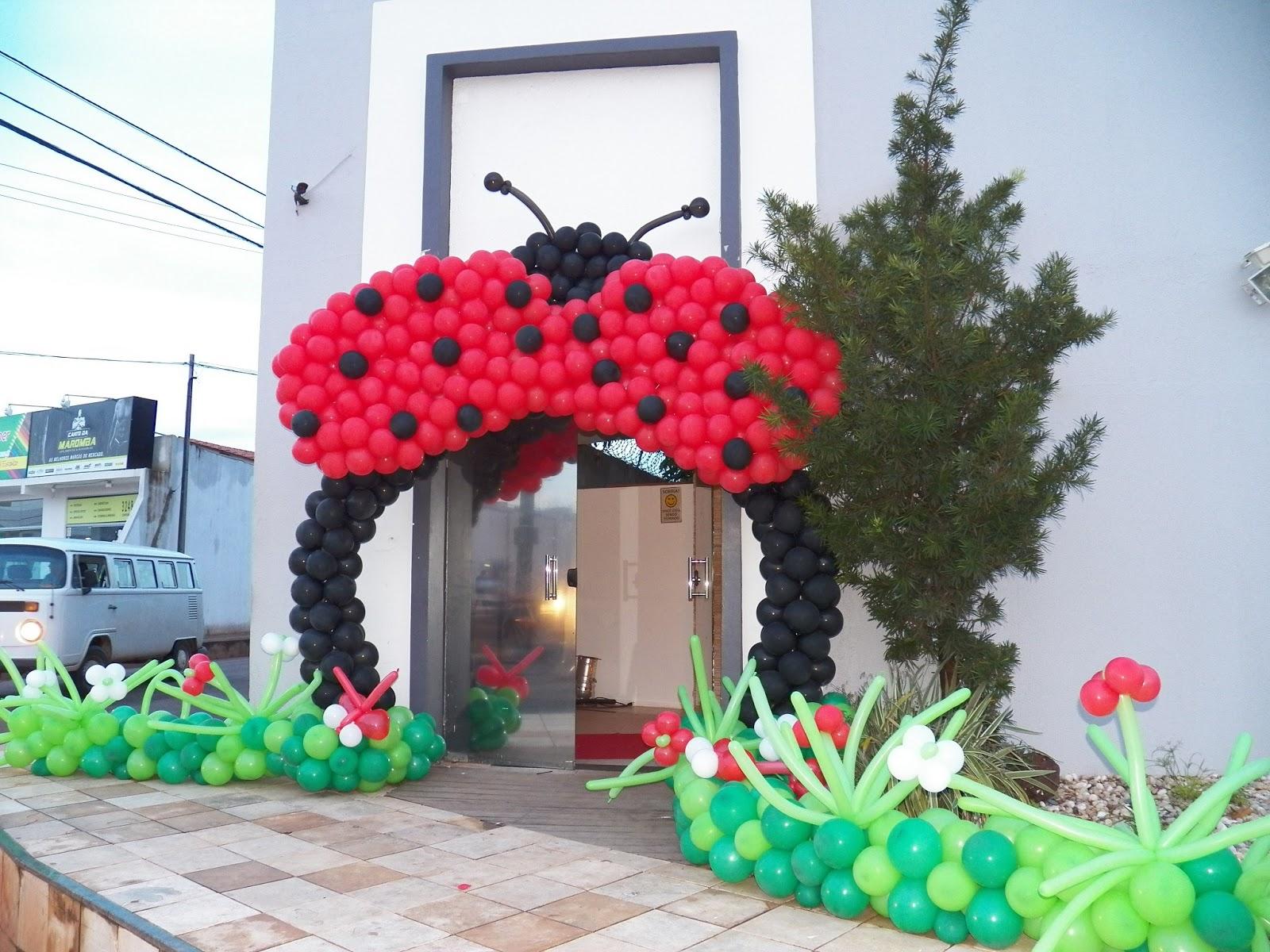 decoracao de balões jardim encantado:Entrada da festa foi um arco em balão em formato de joaninha