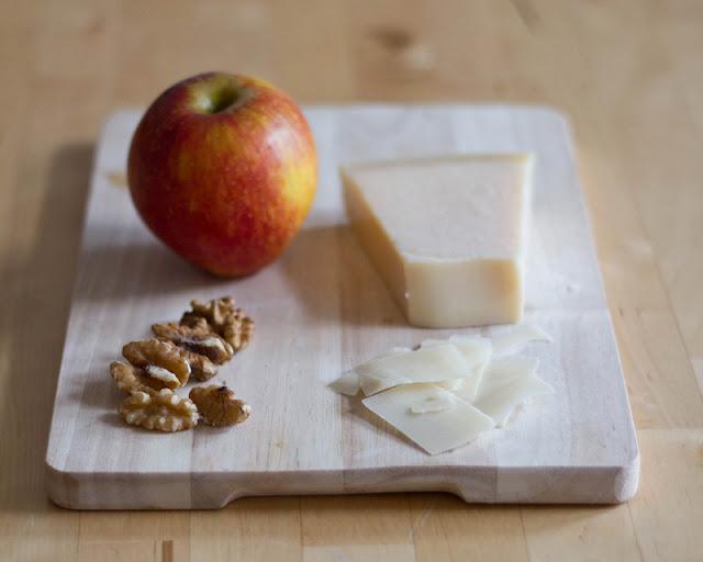 Pecorino, Walnüsse und ein Apfel kommen in den Rosenkohlsalat