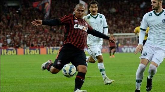 Walter fez dois gols e comandou vitória do Atlético-PR sobre o Goiás