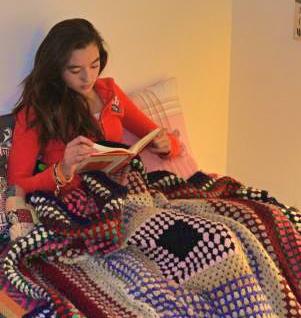 Niña lee un libro. © No sólo comen y duermen