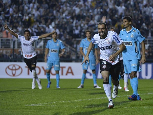 Danilo salva, Corinthians elimina Santos e vai à final pela 1ª vez