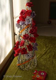 Paperiruusujen varret kiemurtelevat katiskakartiossa