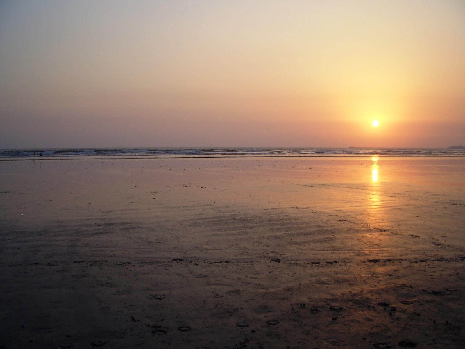 http://2.bp.blogspot.com/-ux-oh46lXJ8/UJSs4hNXhjI/AAAAAAAABK4/QG43VmeenU8/s1600/Beautiful-location-of-sun-set-at-karachi-sea-view-image-wallpaper-background-for-desktop-laptop.JPG