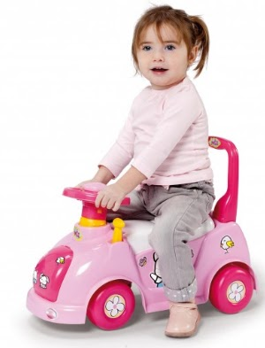 juguetes infantiles para navidad, regalos navideños, niña en un auto, niña montanda en su auto, niña haciendo ejercicio, niña jugando, niña feliz