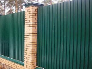 Забор из профлиста с кирпичными столбами. Фото 38