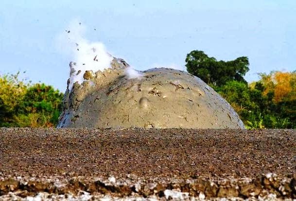 2 صور بركان الطين في اندونسيا او بحيرات الطين المتفجرة