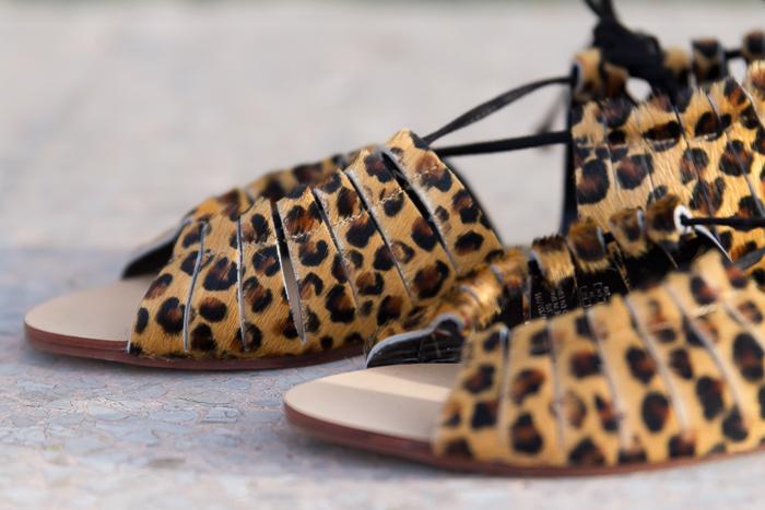Sandalias planas pelo estampado leopardo de Zara