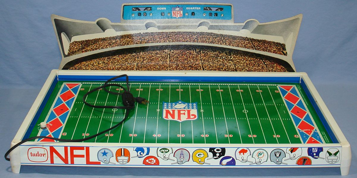 Electric Football Football Figures http://justvisitinghappyvalley.blogspot.com/2012/12/toys-of-christmas-past-part-10-electric.html