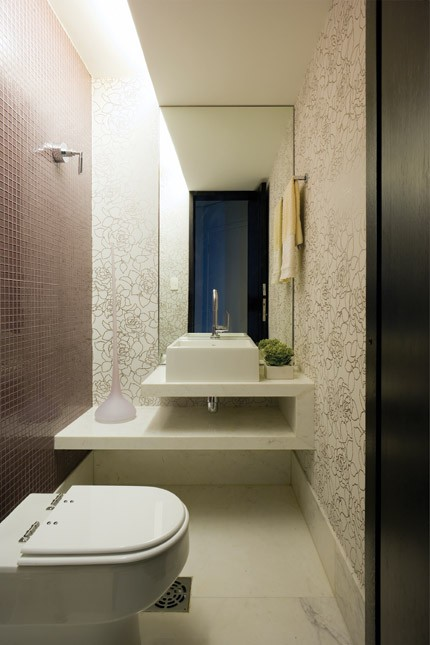 decoracao bancada lavabo : decoracao bancada lavabo: referência as pastilhas na parede oposta. Bancada de mármore branco