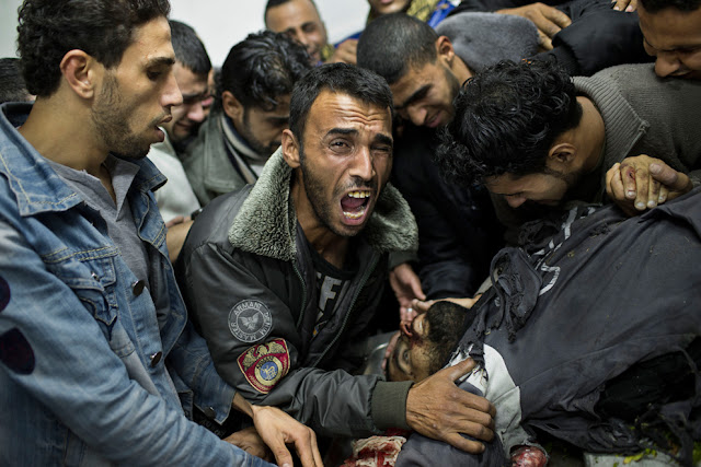 الحرب على غزة Gaza+Under+Fire+%2813%29