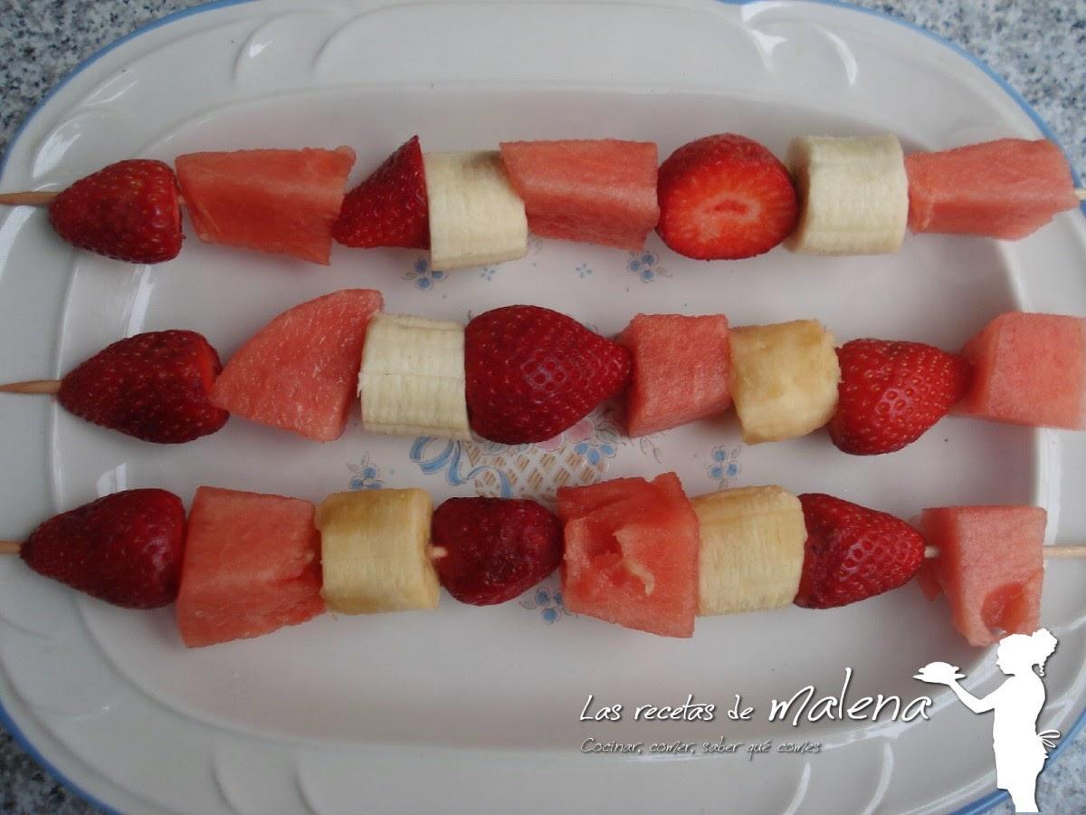 brochetas de fresas, plátano y sandía
