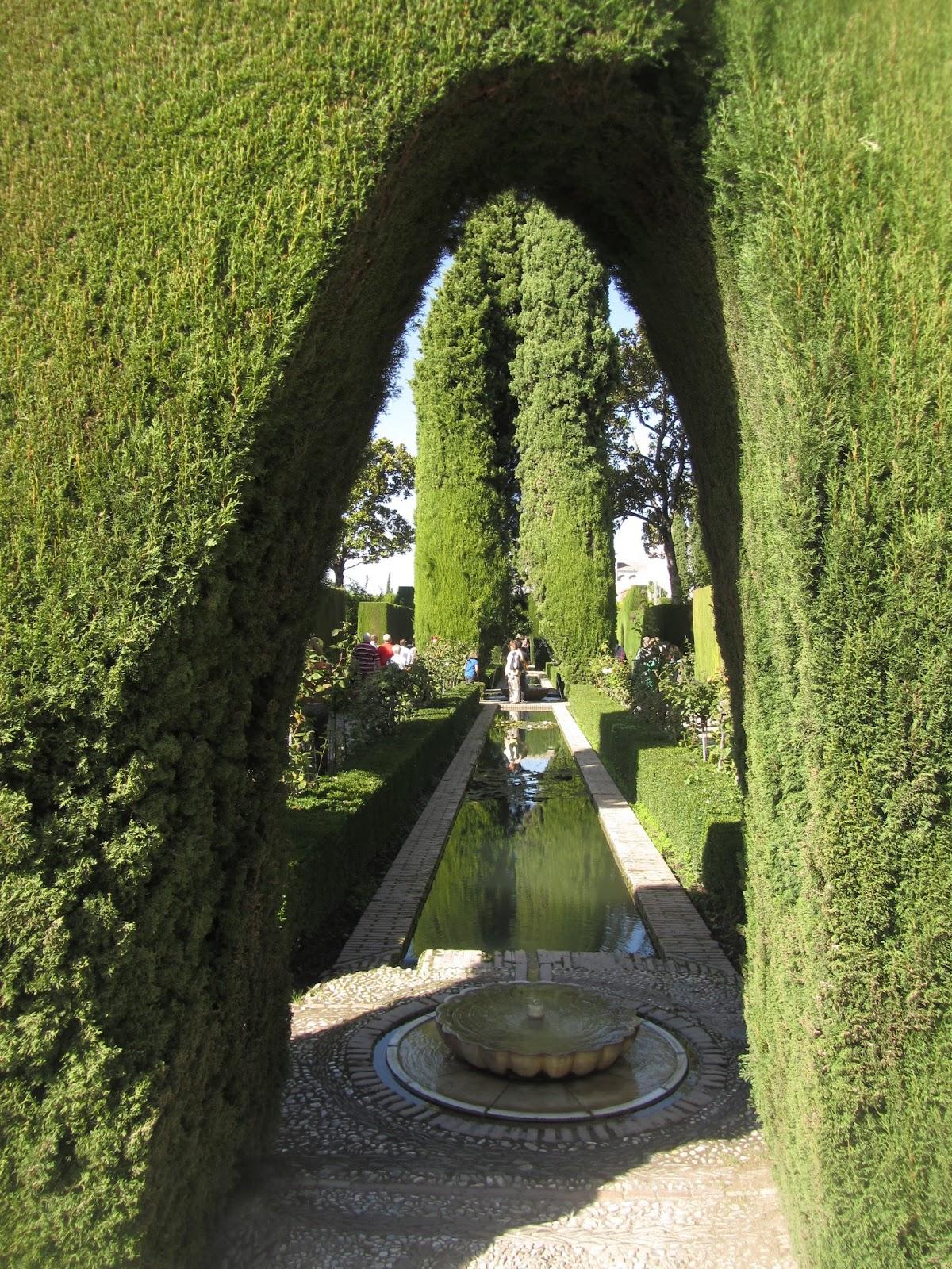 Jardines Bajos del Generalife, con pequeños pasillos y fuentes.