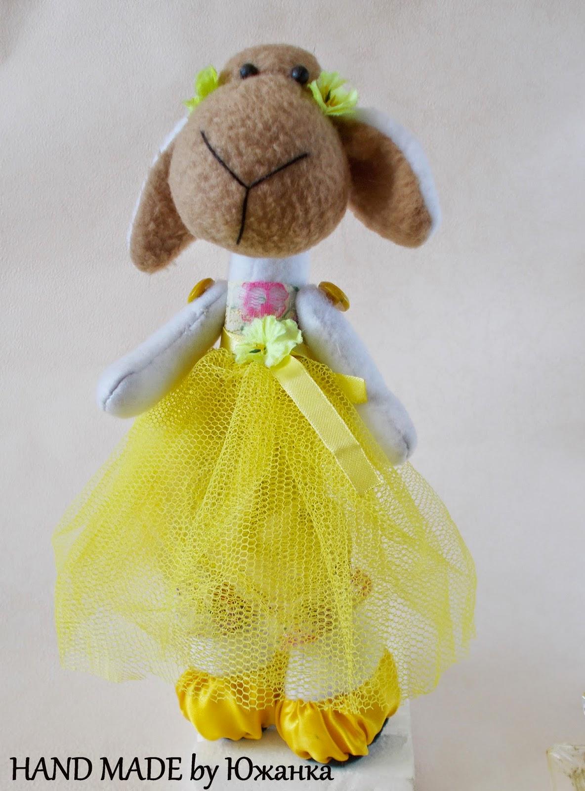 овца мягкая игрушка в жёлтом платье
