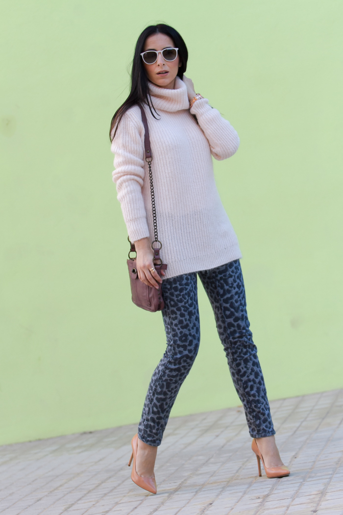 Look con jeans y pumps maquillaje
