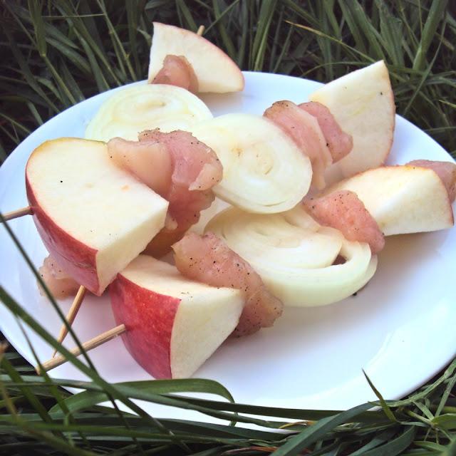 Szaszłyk z drobiu i jabłek na grilla