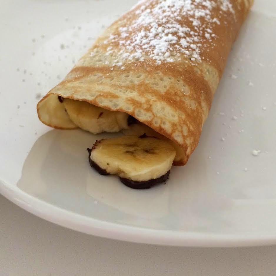 Crepes rellenos de plátano y chocolate caliente