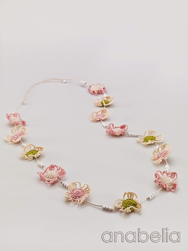 Crochet-soft-colors-flowers-necklace-Anabelia