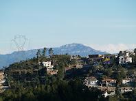 Panoràmica de Sant Llorenç del Munt darrere la Urbanització Cesalpina