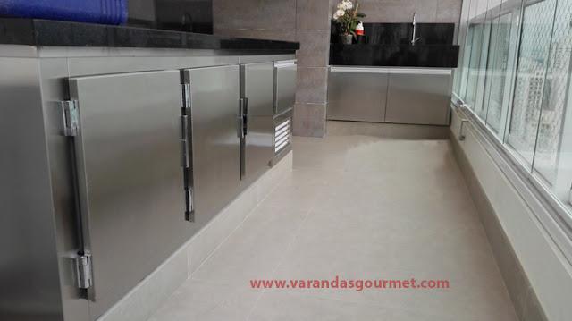 Balcão refrigerado em aço inox escovado com 3 e 1/2 portas