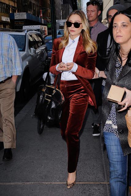 Elisabeth Olsen the Row velvet velluto tailleur
