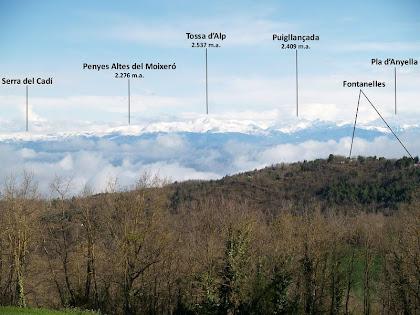 Panoràmica de la Serra del Cadí, la Tossa d'Alp i el Puigllançada