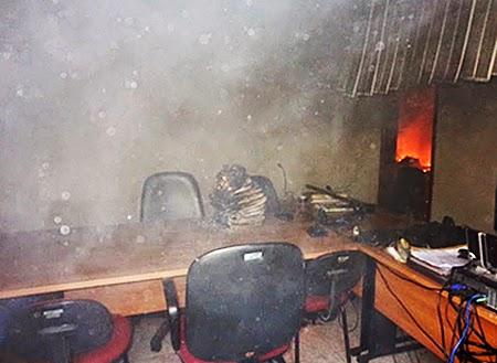 Delinquentes invadem e ateiam fogo no forum de Buriti (2)