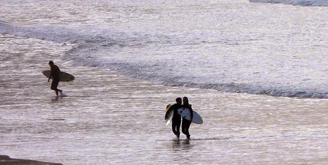 pareja de surfistas