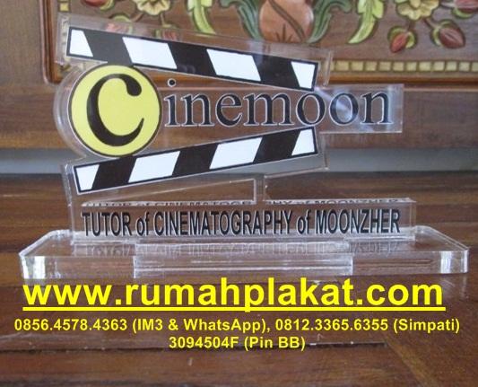 Bentuk Plakat Akrilik, Harga Plakat Murah Surabaya, Format Desain Plakat Logo, 0812.3365.6355, www.rumahplakat.com