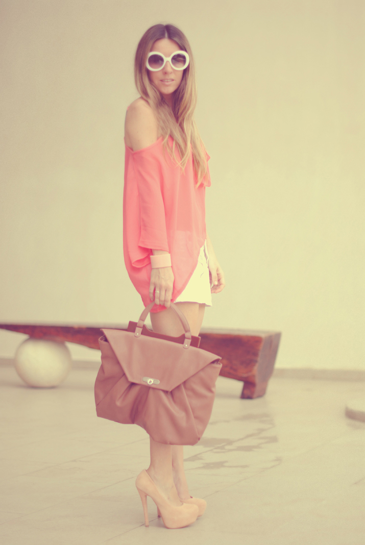 Outfit with coral top at a fashion blog, Mexico