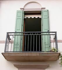Balcone parte sporgente ed esterna di un edificio protetta da una riinghiera o da un parapetto