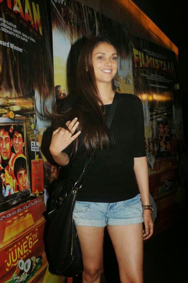 Aditi Rao Hydari Hot Milky Legs Show in Skinny Jeans