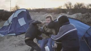 Μετανάστες οπλισμένοι με μαχαίρι προσπάθησαν να ληστέψουν δημοσιογράφους «on air» στο Καλέ της Γαλλίας (Video)
