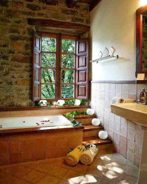Przytulna łazienka ze ścianą z kamienia
