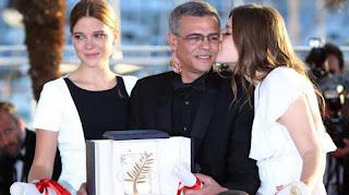 Le cinéaste franco-tunisien Abdellatif Kechiche, entouré de Léa Seydoux (à g.) et Adèle Exarchopoulos (à dr.), le 26 mai 2013 à Cannes.