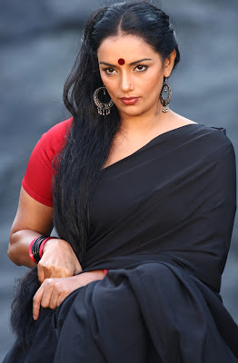 Swetha Menon Hot Black Saree in Thaaram Movie Stills