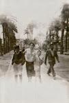 mi madre paseando con sus hijos