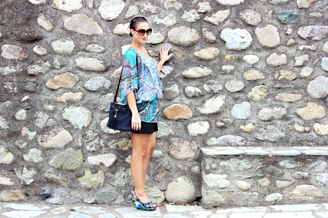 "Outfit: Blue kaftan tunic. Outfit of the day. Best summer looks. Pink Woman tunic. Dita ""Supa-dupa"" sunglasses. Bershka skirt. Floral wedges."