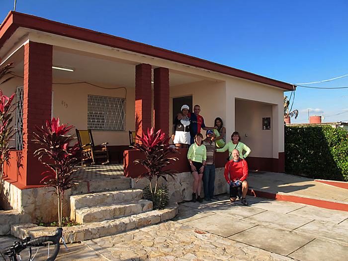 Cicloturistas de Canadá en la Casa Alicia Cuba