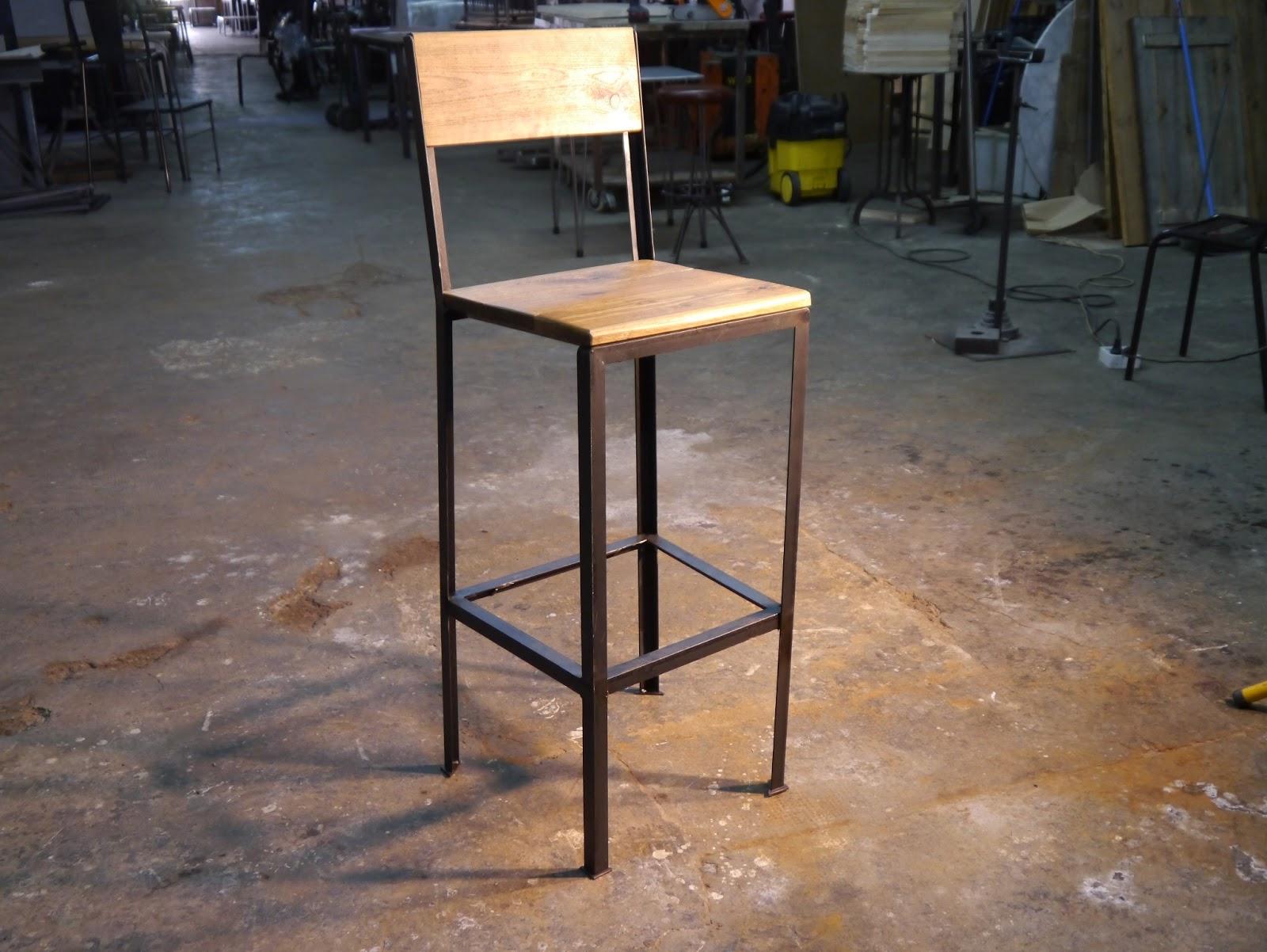 Mesas y sillas en metal de estilo industrial en hierro y for Taburetes de madera