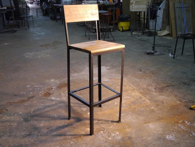 Taburete en hierro y madera de estilo industrial vintage para barra de bar