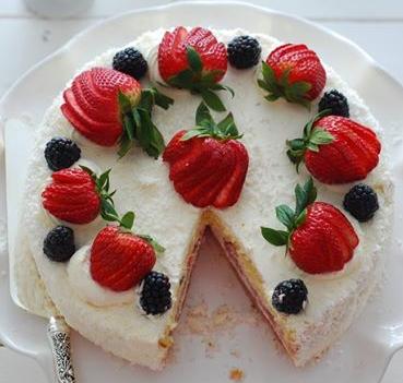 Çilekli Pasta Doğum Günü İçin Çilekli Pasta Tarifi