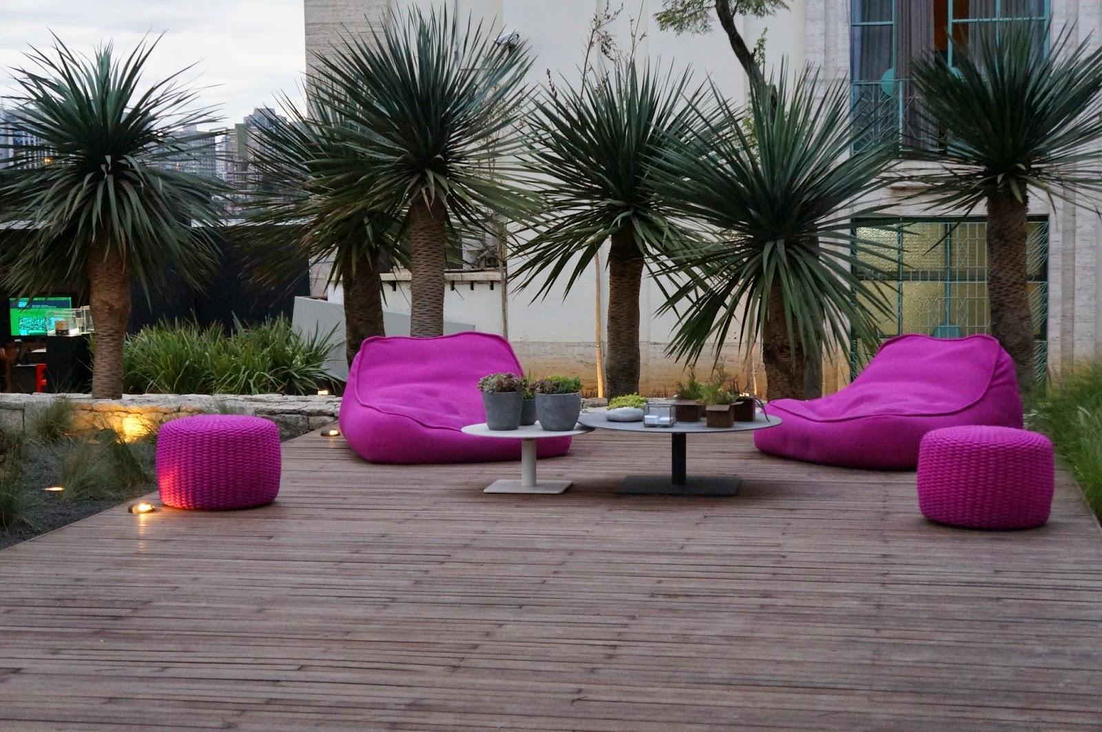 """ambiente """"Praça das Oliveiras"""" - Daniel Nunes - conjunto de pufes e sofás na cor pink - Casa Cor SP 2014"""