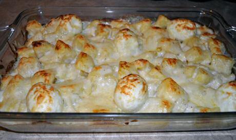 Lekker en makkelijk recept om bloemkool met kaassaus te maken: gegratineerd in de oven met  hard gekookt ei en aardappel