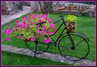 Decoración vintage con bicicletas antiguas. Jardines, platas y flores.