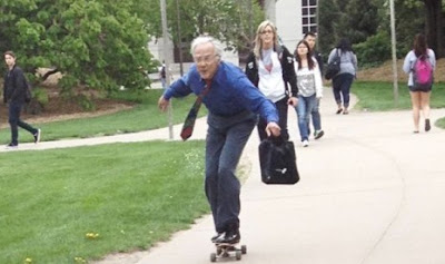 Kakek-68Tahun-Ber-Skateboard-1