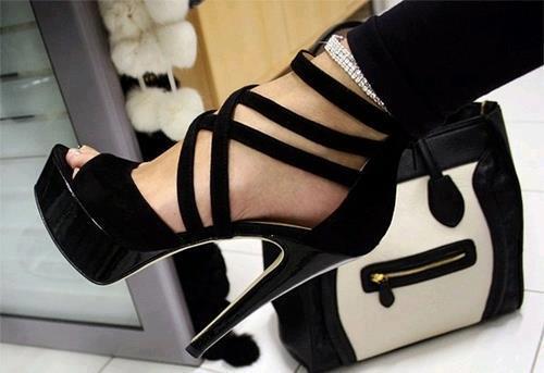 Siyah yüksek topuklu iddialı bir ayakkabı