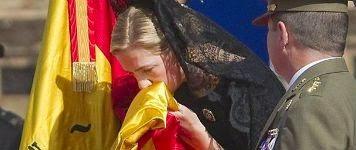 La infanta Cristina entrega una bandera de España al Regimiento de Guerra Electrónica 32, en 2011. /Efe