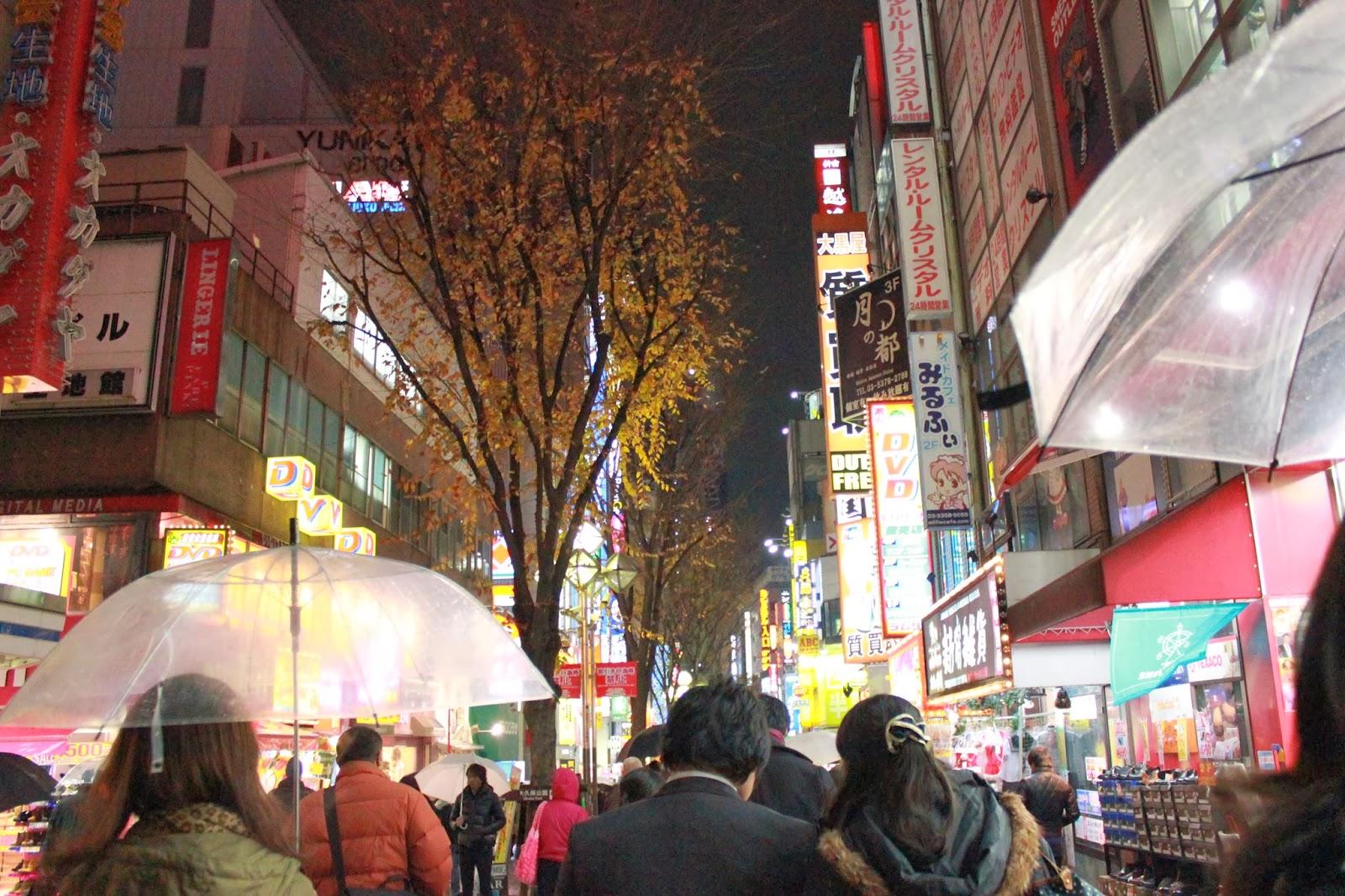 Walking_down_the_streets_of_Shinjuku