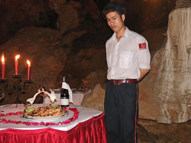 Repas gastronomique dans une grotte de la baie d'Along