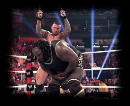 Randy Orton aplica brutal silletazo a Mark Henry en pleno combate